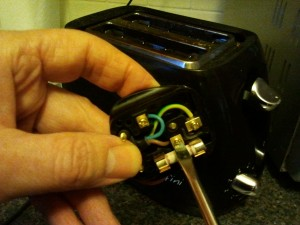 Wiring a three pin plug