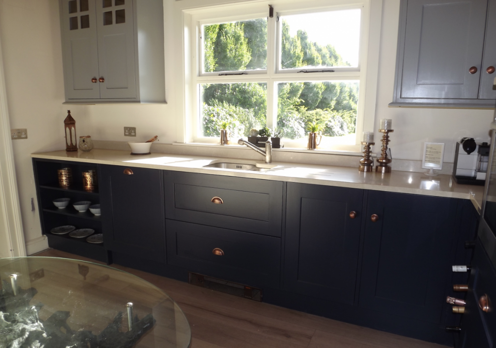 navy-blue-kitchen-natural-wood