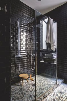 trends - black bathrooms